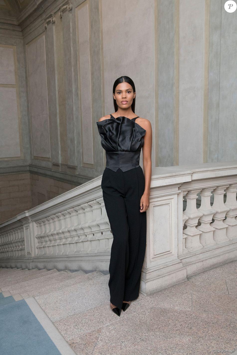 Tina Kunakey au défilé Giorgio Armani, collection prêt-à-porter printemps-été 2020, à Milan. Le 21 septembre 2019.