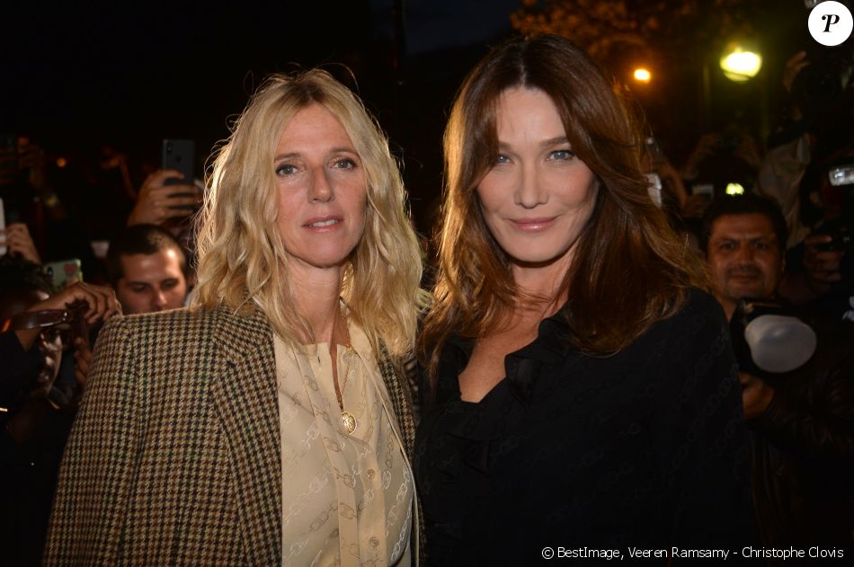 "Sandrine Kiberlain et Carla Bruni arrivent aux Invalides pour assister au défilé ""CELINE"" collection prêt-à-porter printemps-été 2020 lors de la Fashion Week de Paris. Le 27 septembre 2019 © Veeren Ramsamy - Christophe Clovis / Bestimage"