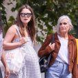 Keira Knightley, enceinte, dans les rues de Londres avec sa mère et son mari, James Righton, le 22 août 2019.