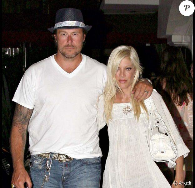 Tori Spelling et son mari Dean McDermott sortent du restaurant Nobu à Los Angeles le 17 juillet 2009
