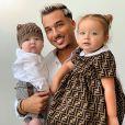 Laurent, le mari de Jazz, souriant avec ses enfants Chelsea et Laurent dans ses bras, sur Instagram, le 30 juillet 2019