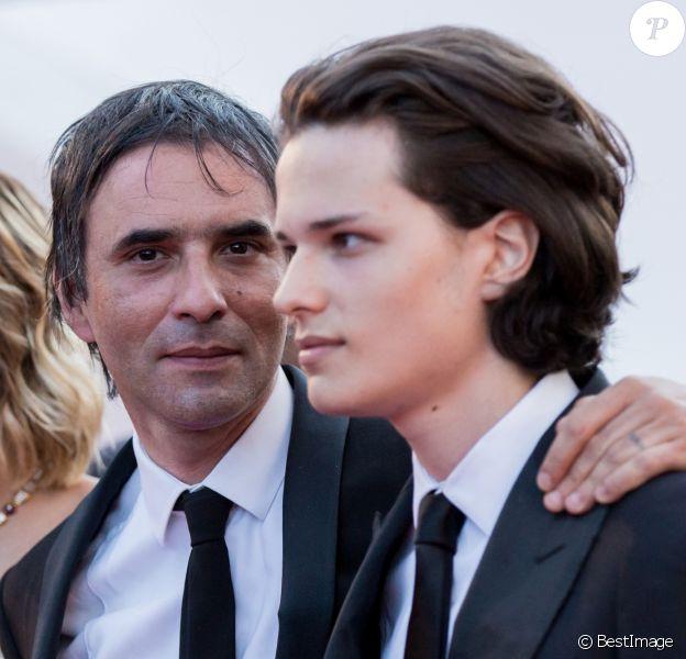 """Samuel Benchetrit et son fils Jules - Montée des marches du film """"Carol"""" lors du 68 ème Festival International du Film de Cannes, à Cannes le 17 mai 2015."""