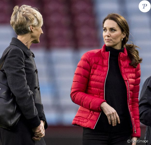 "Kate Middleton (enceinte), duchesse de Cambridge, et sa secrétaire privée Catherine Quinn en visite à ""We are Coach Core Programme"" à la ""Aston Villa football club"" à Birmingham. Le 22 novembre 2017"