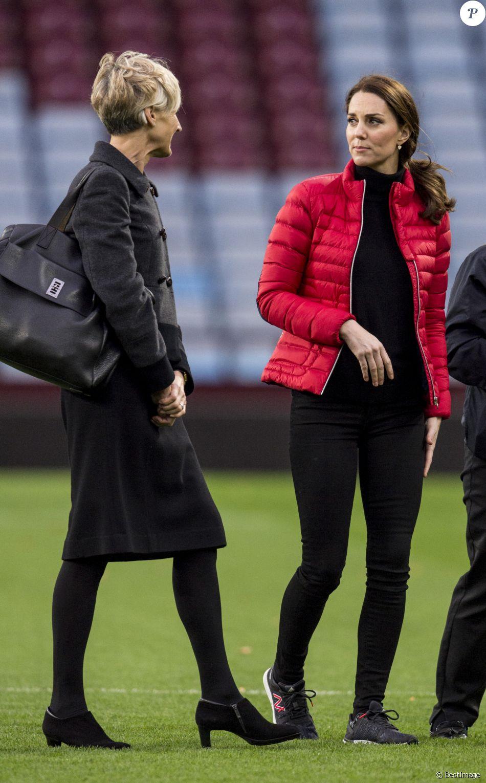 """Kate Middleton (enceinte), duchesse de Cambridge, et sa secrétaire privée Catherine Quinn en visite à """"We are Coach Core Programme"""" à la """"Aston Villa football club"""" à Birmingham. Le 22 novembre 2017"""