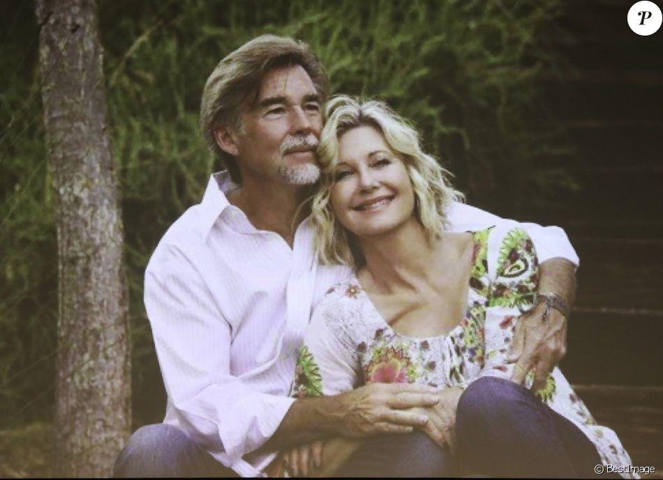 Olivia Newton-John et son mari John Easterling discutent sur la scène lors d'un séminaire sur le cannabis à Portland et montrent des photos personnelles sur un écran à Los Angeles, le 16 novembre 2019