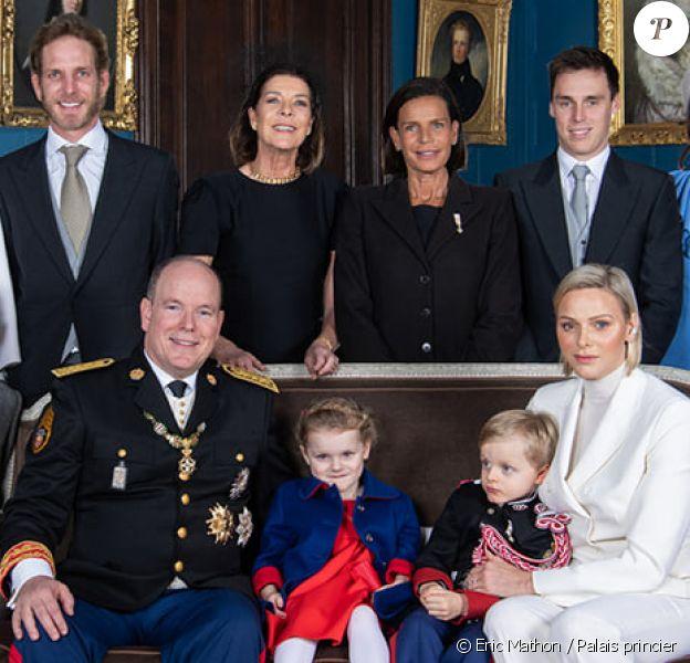 Le prince Albert, son épouse Charlene, les princesses Caroline et Stéphanie de Monaco posent dans le palais princier lors de la Fête nationale monégasque du 19 novembre 2019.