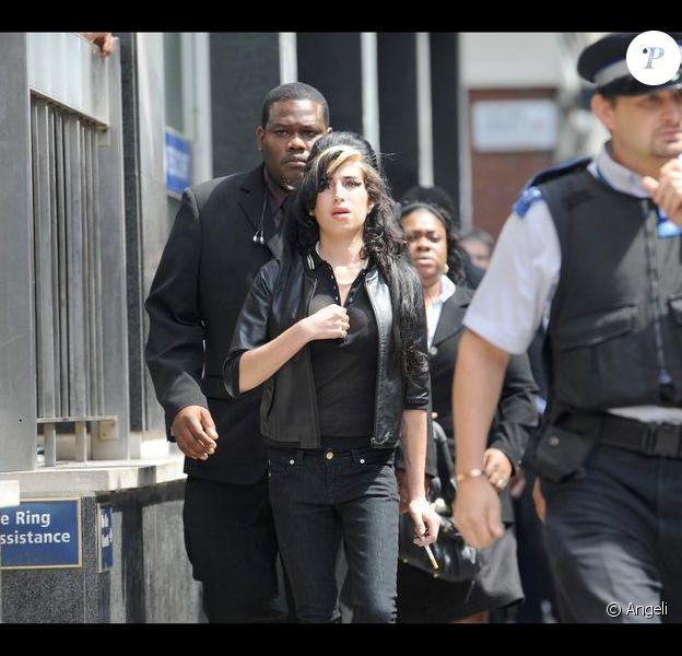 Amy Winehouse quittant le tribunal à Londres le 24 juillet 2009