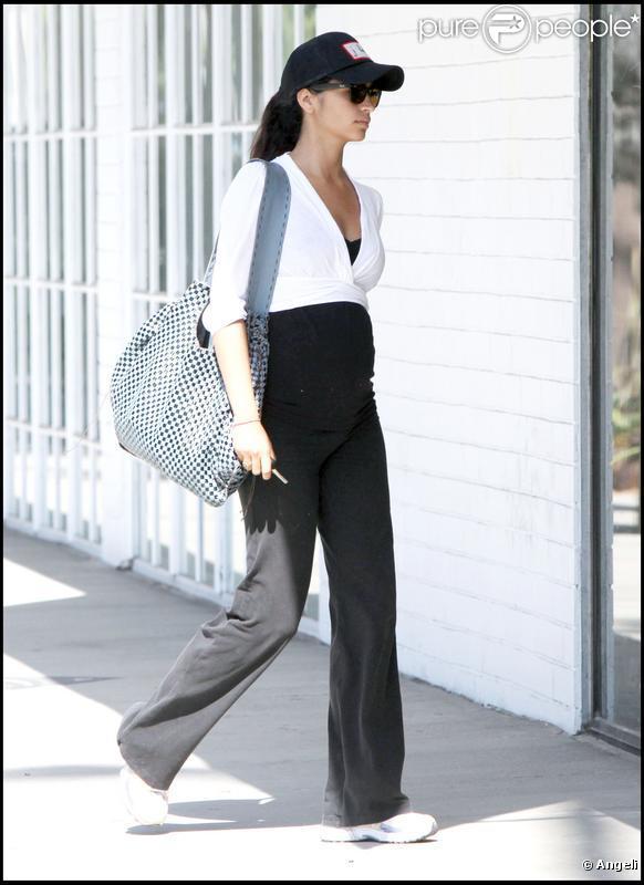Camilla Alves va prendre un cours chez Tracy Morgan, pour se préparer à l'accouchement avec la Tracy Morgan Method, à Beverly Hills. Juillet 2009