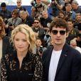 """Virginie Efira et son compagnon Niels Schneider au photocall de """"Sybil"""" lors du 72ème Festival International du Film de Cannes, le 25 mai 2019. © Dominique Jacovides/Bestimage"""