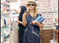 Jessica Alba en robe légère et chapeau de paille a un super look... Il ne manque plus que le sourire !