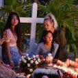 Liliane Jossua, Laeticia Hallyday et ses filles Jade et Joy - Pour le deuxième anniversaire de la mort de Johnny, Laeticia Hallyday et ses filles Jade et Joy se recueillent sur sa tombe au cimetière de Lorient à Saint-Barthélémy le 5 décembre 2019.