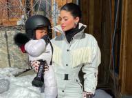 Kylie Jenner au ski avec Stormi, 1 an et demi, bluffante sur un snowboard