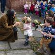 Meghan Markle, duchesse de Sussex - Le duc et la duchesse de Sussex rencontrent les familles de militaires déployés au centre Broom Farm Community Center à Windsor le 6 novembre 2019.