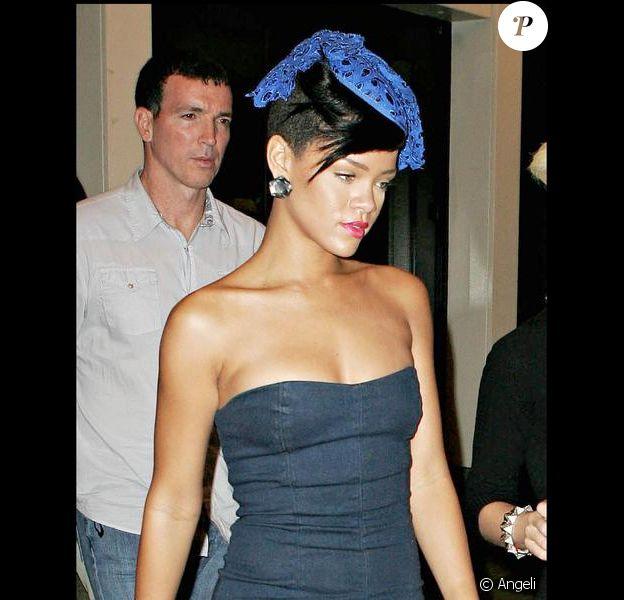 Rihanna sort d'un restaurant de New York, où elle a dîné avec des amis. 27/07/09