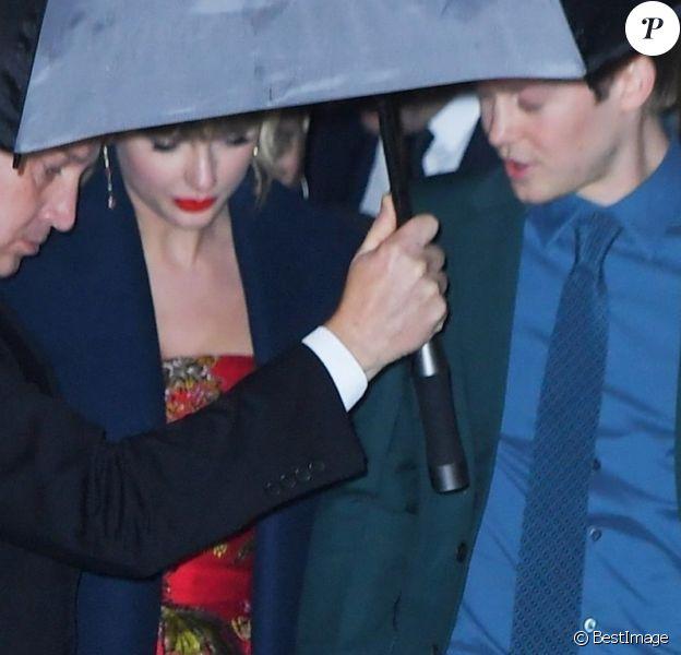 Exclusif - Taylor Swift et son compagnon Joe Alwyn sortent main dans la main de la première de Cats au Alice Tully Hall à New York, le 16 décembre 2019.