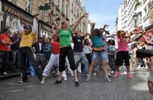 Un impressionnant hommage à Michael Jackson au pied de la Tour Eiffel : plus de 100 danseurs déchaînés sur Beat it ! Regardez !