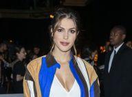 Iris Mittenaere sublime dans une robe fendue pour jouer les top models