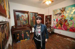 Une jeune femme, victime d'une hémorragie cérébrale, transformée en brillante artiste ! C'est incroyable !
