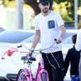 Exclusif - Shakira, son compagnon Gerard Piqué et leur fils Milan se promènent en vélo dans les rues de Miami en Floride. Le 24 décembre 2019.
