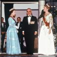 Le prince Philip et la reine Elizabeth avec le prince Hussein lors d'une visite officielle en Jordanie en 1984.