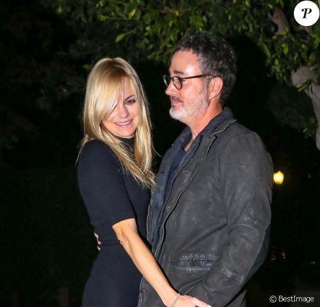 Exclusif - Anna Faris et son compagnon Michael Barrett, très complices, à la sortie du restaurant à Los Angeles, le 9 novembre 2019.