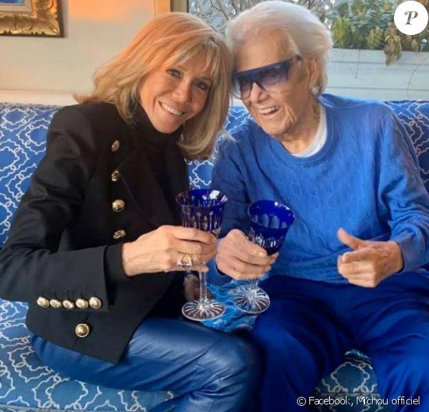 """Brigitte Macron a rendu visite à Michou le 20 janvier 2020, """"l'homme en bleu"""". A cette occasion, la première dame portait un pantalon de cuir bleu. Michou est apparu encore un peu plus fatigué."""