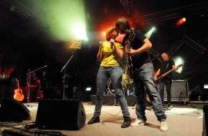 Anaïs embrasse langoureusement son musicien... et le trompe sur scène !