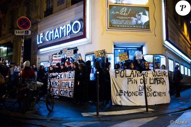 """Des manistants empêchent la projection du film """"J'accuse"""" de Roman Polanski à Paris, le 12 novembre 2019."""