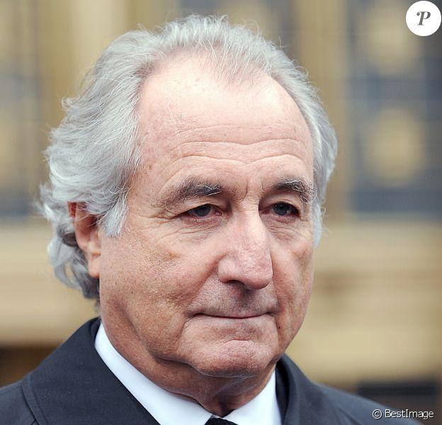 Bernard Madoff part de la cour de justice de New York où il a répondu des charges sur la fraude monétaire, le 10 mars 2009.