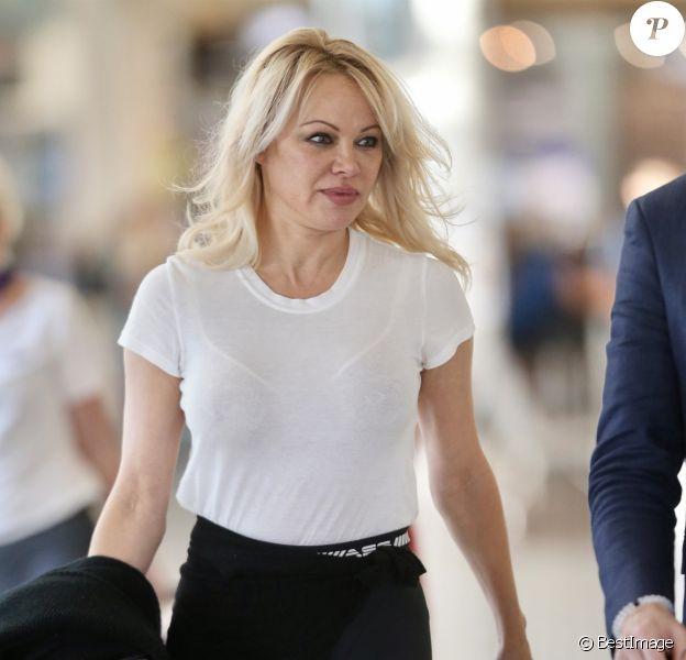 Exclusif - Pamela Anderson arrive à Gold Coast en Australie pour tourner une publicité le 25 novembre 2019.