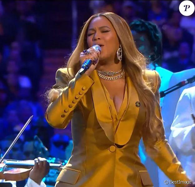 """Beyoncé rend hommage à Kobe Bryant au Staples Center de Los Angeles, le 24 février 2020. La chanteuse a interprété """"Xo"""", une des chansons préférées de feu Kobe Bryant. La star de basket est décédée dans un accident d'hélicoptère, le 26 janvier 2020 à Calabasas, aux côtés de sa fille de 13 ans, Gianna, et de sept autres personnes."""