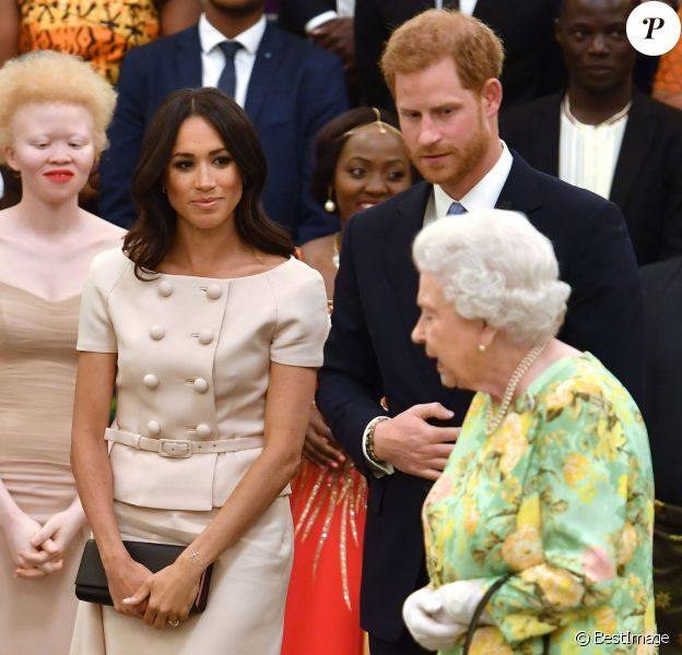 "Le prince Harry, duc de Sussex, Meghan Markle, duchesse de Sussex, la reine Elisabeth II d'Angleterre à la cérémonie ""Queen's Young Leaders Awards"" au palais de Buckingham à Londres le 26 juin 2018."