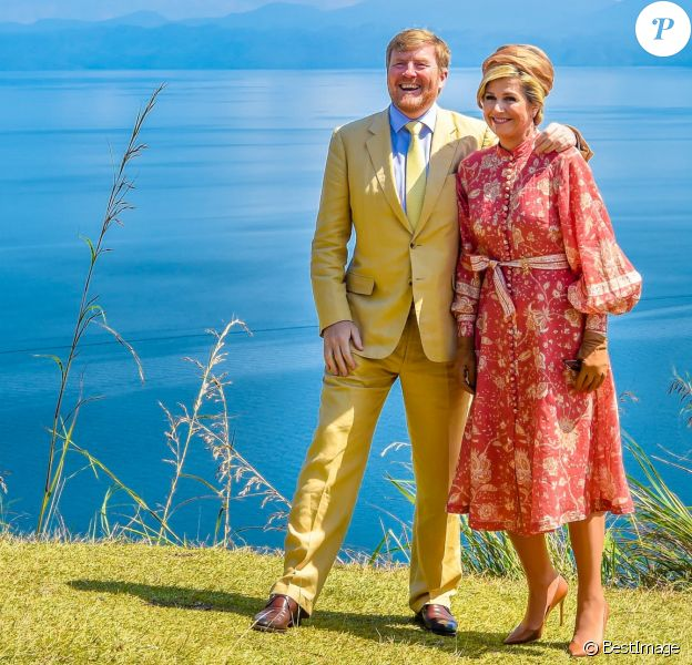 Le roi Willem-Alexander et la reine Maxima des Pays-Bas visitent Toba Samosir lors de leur voyage officiel en Indonésie, le 11 mars 2020.  King Willem-Alexander and Queen Maxima of The Netherlands posing at the Toba Samosir during their State Visit to Indonesia.11/03/2020 - Sumatra