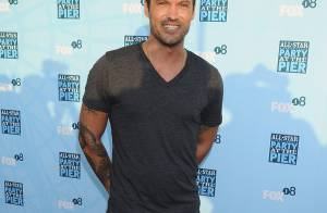 Brian Austin Green : Torse nu et super sexy, il se prend... pour Iron Man !