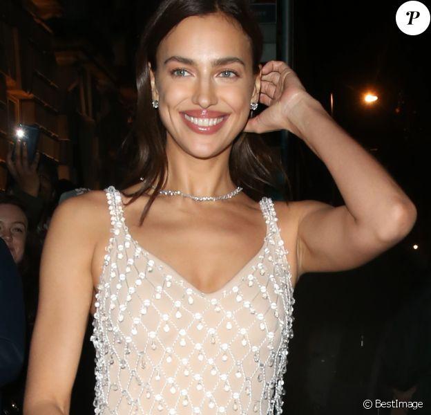 """Irina Shayk quitte la soirée """"The British Vogue And Tiffany & Co. Fashion And Film Party"""" à Londres le 2 février 2020."""
