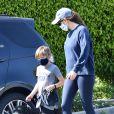Exclusif - Jennifer Garner et son fils Samuel portent des masques de protection pour promener leur chien pendant l'épidémie de coronavirus (Covid-19). Los Angeles, le 4 avril 2020.