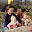 Le prince Carl Philip et la princesse Sofia de Suède avec leurs enfants le prince Gabriel et le prince Alexander le 12 avril 2020 lors d'un appel visio avec le reste de la famille royale pour Pâques depuis le jardin de leur propriété, la villa Solbacken. Photo Instagram.