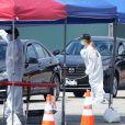 """Exclusif - Sean Penn et sa compagne Leila George d'Onofrio apportent leur aide dans un centre de """"drive-test"""" pour dépister le coronavirus (Covid-19) à Los Angeles, le 5 avril 2020."""