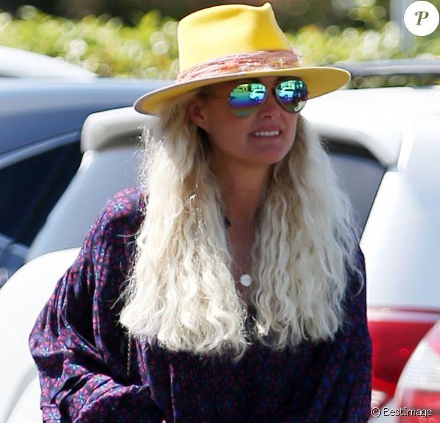 Laeticia Hallyday, son nouveau compagnon Pascal Balland et Maryline Issartier vont déjeuner dans un restaurant de sushi à Los Angeles, proche de l'école des filles de Laeticia. Le 13 septembre 2019.