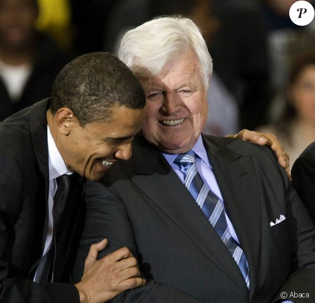 """Edward """"Ted"""" Kennedy est décédé le 25 août 2009 à l'âge de 77 ans. Les Etats-Unis perdent un emblématique patriarche, un fervent batailleur politique et une figure légendaire du clan Kennedy."""