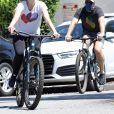 Katherine Schwarzenegger, enceinte de son premier enfant avec son mari Chris Pratt, se promènent à vélo à Los Angeles, le 25 avril 2020.