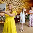 La reine Maxima des Pays-Bas et ses filles la princesse héritière Catharina-Amalia (ici à la manoeuvre visi, la princesse Alexia et la princesse Ariane ont inauguré une plateforme de vente en ligne le 27 avril 2020 au palais Huis ten Bosch à l'occasion de la Fête du Roi pour le 53e anniversaire du roi Willem-Alexander.