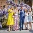 Le roi Willem-Alexander des Pays-Bas a trinqué en famille sous les glycines le 27 avril 2020 pour son 53e anniversaire et la Fête du Roi, la fête nationale, confiné au palais Huis ten Bosch à La Haye avec sa femme la reine Maxima et leurs filles la princesse héritière Catharina-Amalia, la princesse Alexia et la princesse Ariane.