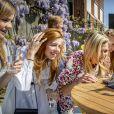 Les proches du roi Willem-Alexander des Pays-Bas se sont rassemblés en visio tandis qu'il célébrait le 27 avril 2020 son 53e anniversaire et la Fête du Roi, la fête nationale, confiné au palais Huis ten Bosch à La Haye avec sa femme la reine Maxima et leurs filles la princesse héritière Catharina-Amalia, la princesse Alexia et la princesse Ariane.