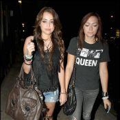 Miley Cyrus joue les rebelles sexy et montre ses jambes... sous la surveillance de sa grande soeur !