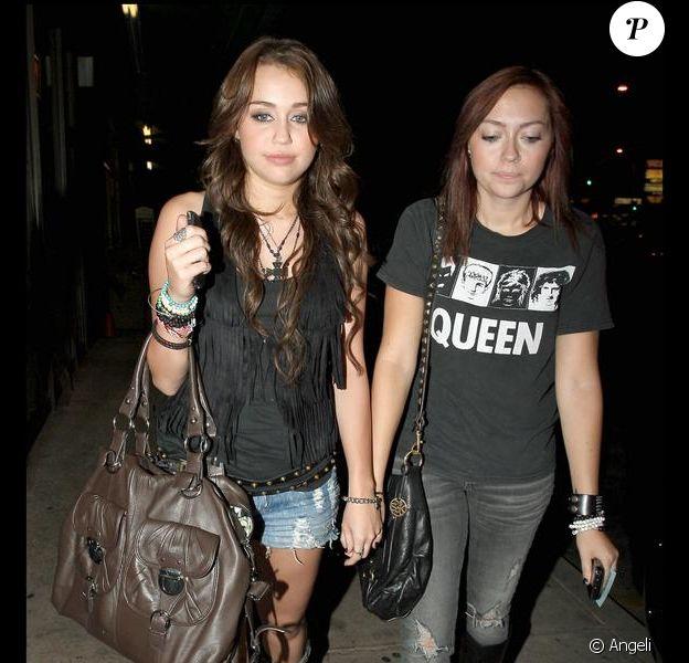 Miley Cyrus et sa soeur Brandy allant dîner au restaurant à Studio City en Californie le 25 août 2009