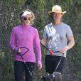 Exclusif - William H. Macy et sa femme Felicity Huffman promènent leurs chiens à Los Angeles, le 1er août 2013.
