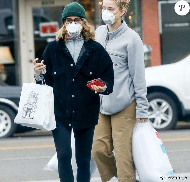 Exclusif - Felicity Huffman et sa fille Georgia Grace Macy qui portent des masques chirurgicaux vont faire des courses, le jour des 70 ans de William;H. Macy, à Los Angeles le 13 mars 2020 en plein crise du Coronavirus COVID-19.