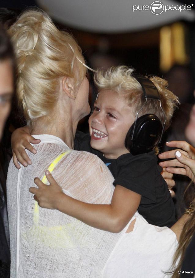 Kingston, dans les bras de sa mère Gwen Stefani, est un rockeur en herbe !