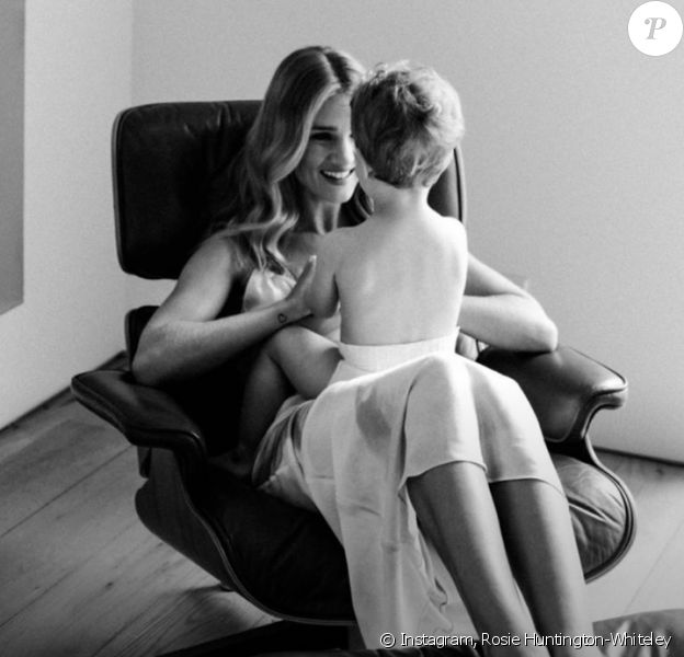 Rosie Huntington-Whiteley et son fils Jack. Mai 2020.